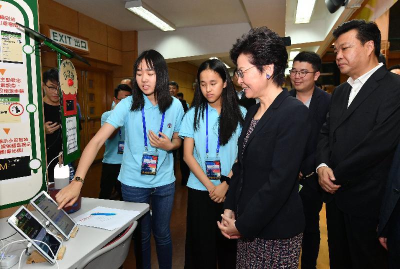 行政長官林鄭月娥(左三)今日(七月十五日)在2018京港青少年科技創新交流營開幕儀式上參觀展覽。