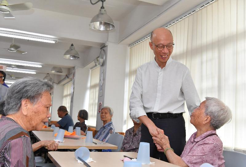 環境局局長黃錦星(右二)今日(七月十六日)到訪惜食堂社區中心,與長者交談。