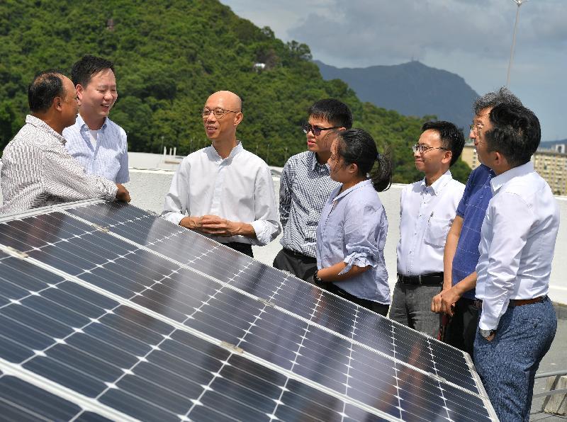 環境局局長黃錦星(左三)今日(七月十六日)參觀蘇屋邨的太陽能光伏發電系統。