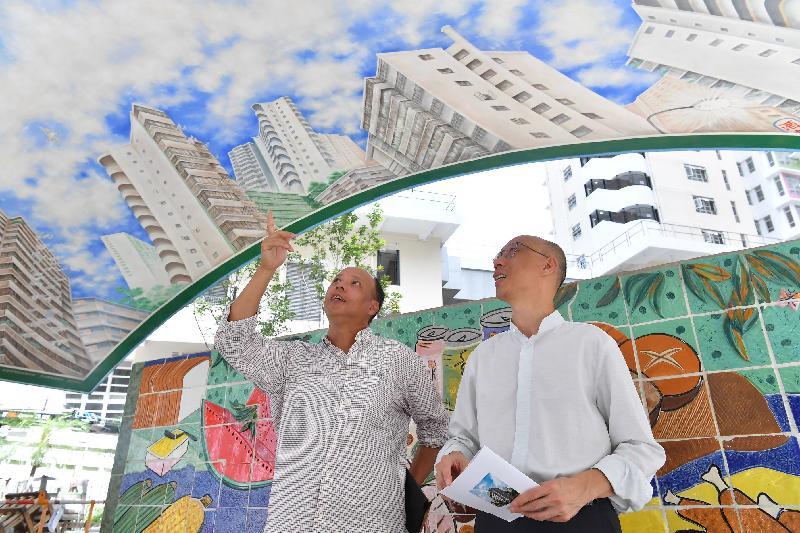 環境局局長黃錦星(右)今日(七月十六日)到訪蘇屋邨,參觀「蘇屋三寶」之一的燕子亭。