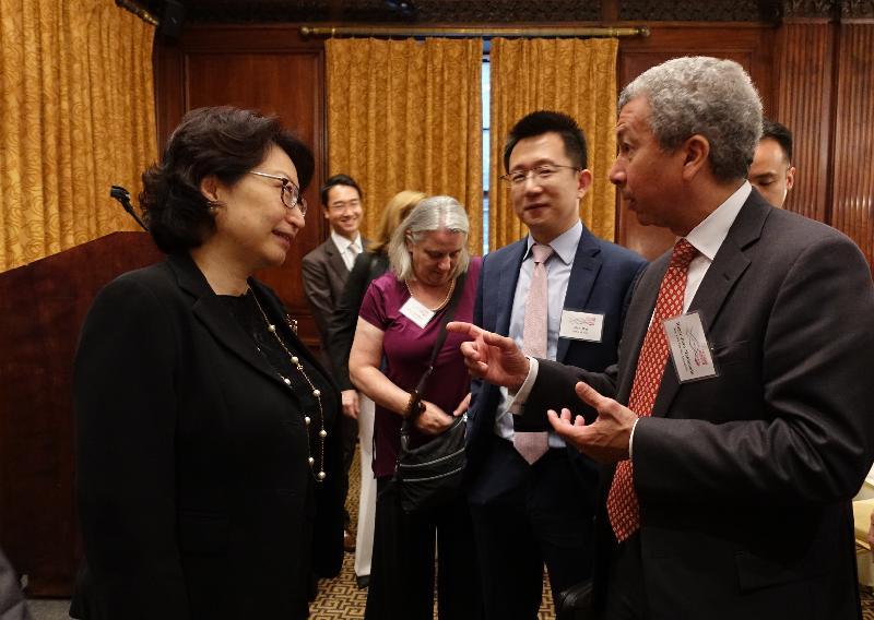 律政司司长郑若骅资深大律师(左)今日(美国东岸时间七月十六日)在纽约与纽约市大律师公会主席Roger Juan Maldonado(右)会面。