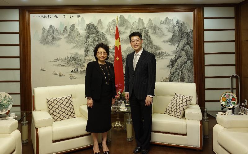 律政司司长郑若骅资深大律师(左)今日(美国东岸时间七月十六日)在纽约拜会中国驻纽约代理总领事赵宇敏博士(右)。