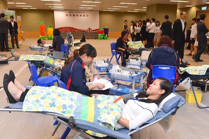 政府人員今日(七月十八日)於政府總部捐血活動上捐血救人。