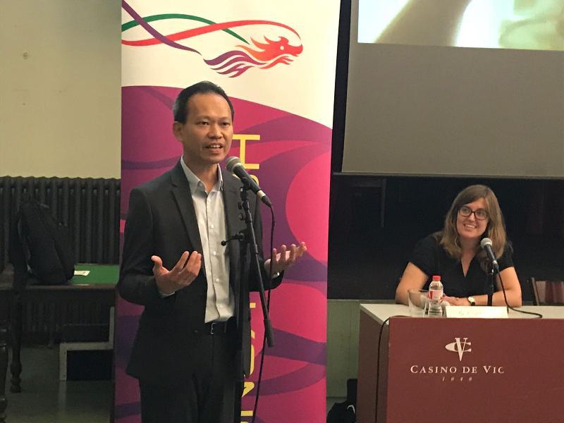 香港駐布魯塞爾經濟貿易辦事處助理代表梁志康七月十七日(維克時間)在西班牙維克舉行的「亞洲仲夏電影節」上致辭。