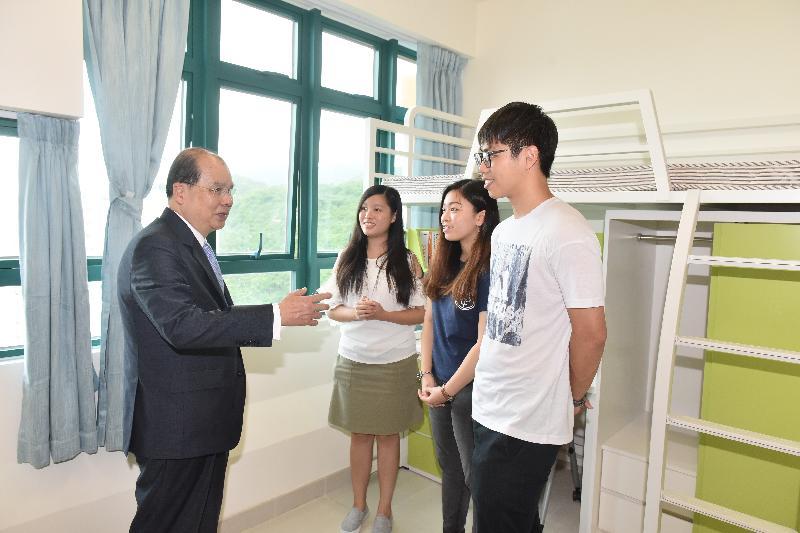 政務司司長張建宗(左一)今日(七月十八日)到訪香港樹仁大學研究院綜合大樓內的學生宿舍,並與大學學生見面。