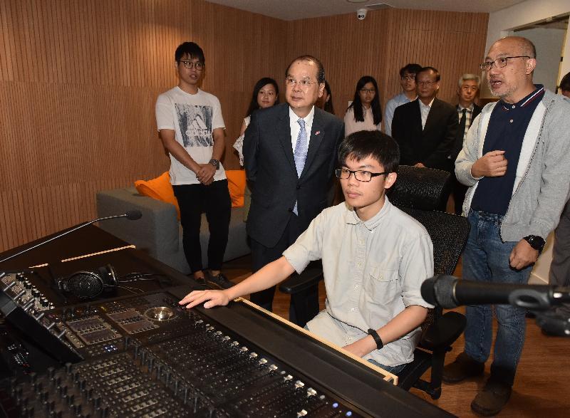 政務司司長張建宗今日(七月十八日)到訪香港樹仁大學研究院綜合大樓。圖示張建宗(前排左一)觀看多媒體製作示範。