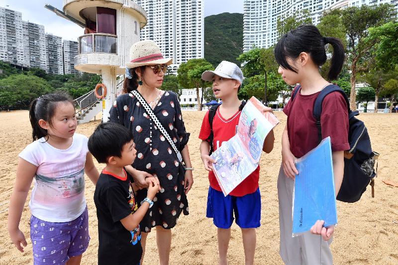 義工大使今日(七月十九日)在「走塑沙灘 餐具先行」運動啟動禮後,於淺水灣泳灘向市民宣傳「走塑沙灘」的信息。