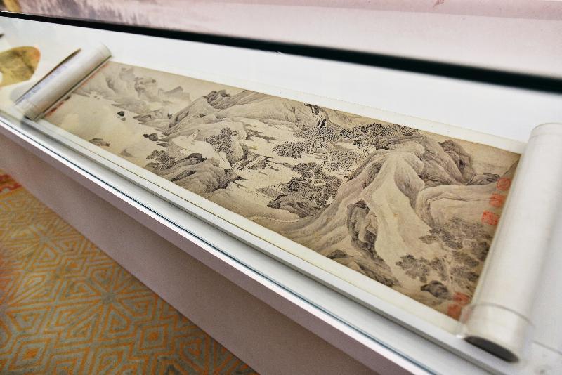 香港藝術館獲贈逾三百五十件至樂樓藏中國書畫,捐贈儀式今日(七月十九日)舉行。現場展出唐寅(一四七○至一五二三)的《桃花庵》。此卷仿照北宋畫院風格,刻畫精到。