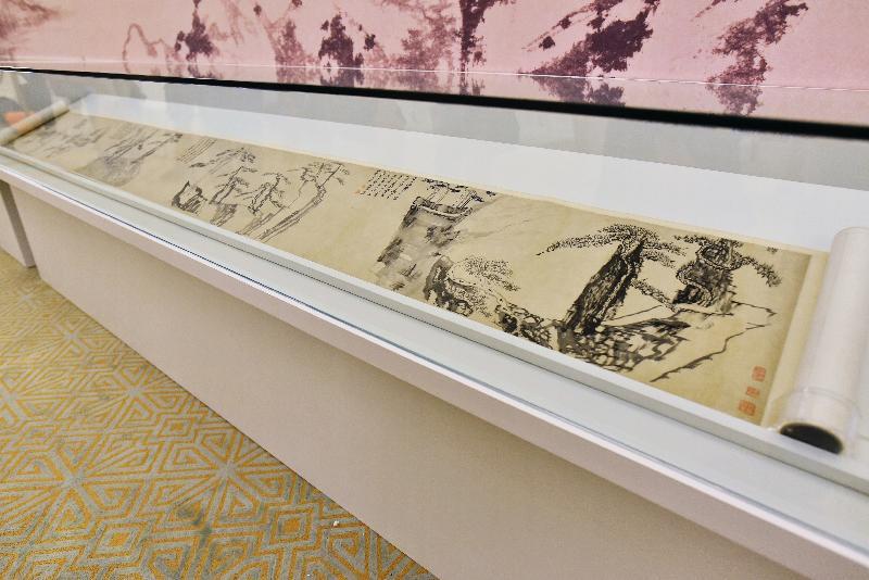 香港藝術館獲贈逾三百五十件至樂樓藏中國書畫,捐贈儀式今日(七月十九日)舉行。現場展出黃道周(一五八五至一六四六)的《松石圖》。黃道周尤好畫松,此卷畫四組不同地區的松樹,情態雖各異,惟所懷抱者皆高風亮節、嚴冷方剛之情懷。
