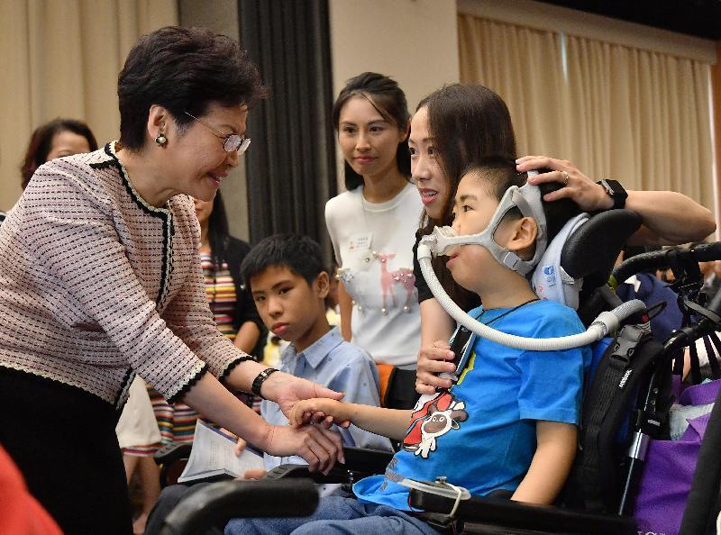 行政長官林鄭月娥今日(七月二十二日)下午出席脊髓肌肉萎縮症慈善基金20周年慶典暨《愛生命 活無限》新書發布會。圖示林鄭月娥(左一)與病人及家屬交談。