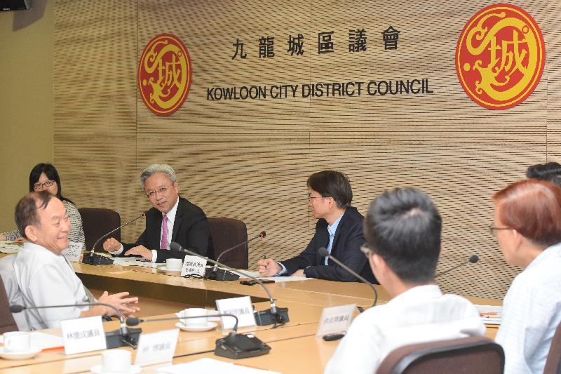 公務員事務局局長羅智光今日(七月二十四日)到訪九龍城區。圖示羅智光(左三)在九龍城區議會主席潘國華(左四)陪同下,與區議員就他們關注的事務交換意見。