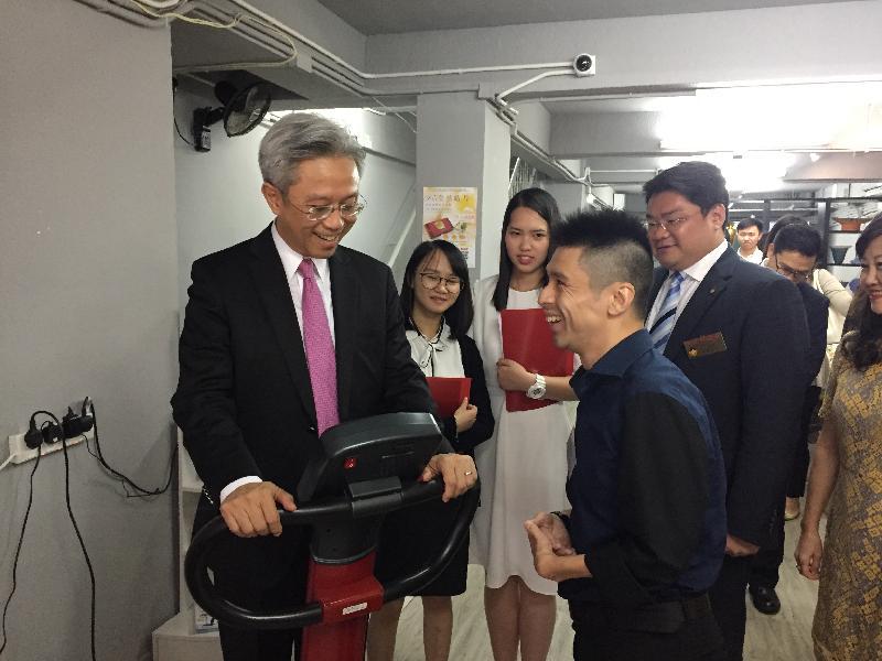 公務員事務局局長羅智光今日(七月二十四日)到訪九龍城區。圖示羅智光(左一)參觀九龍樂善堂轄下的社會企業「樂善復康站」,了解其經營模式。旁為兩名參加「與司局長同行」計劃的中學生(左二及左三)。