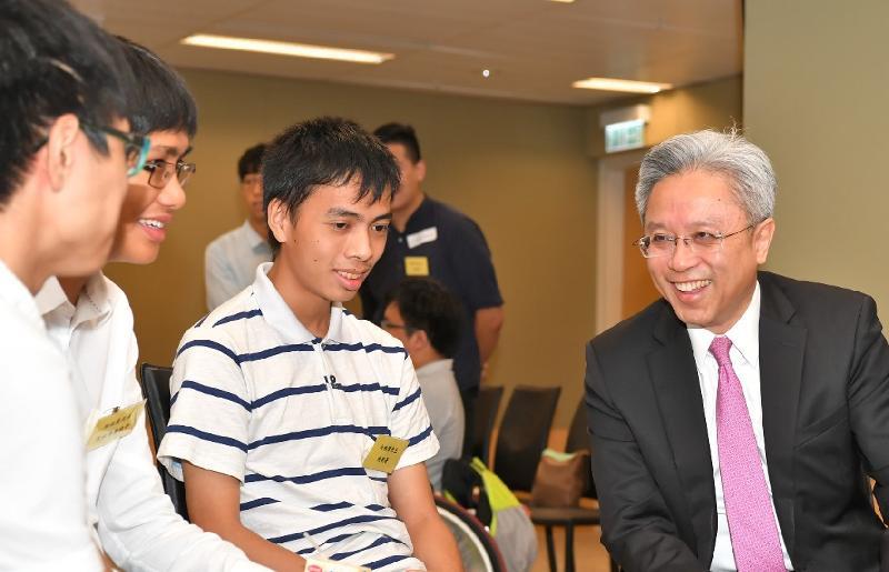 公務員事務局局長羅智光(右一)今日(七月二十四日)在政府總部與參加政府暑期實習計劃的殘疾專上學生茶敍,了解他們的學習體驗。