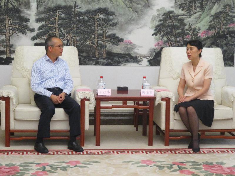 民政事务局局长刘江华(左)昨日(七月二十四日)与湖北省副省长陈安丽(右)会面。