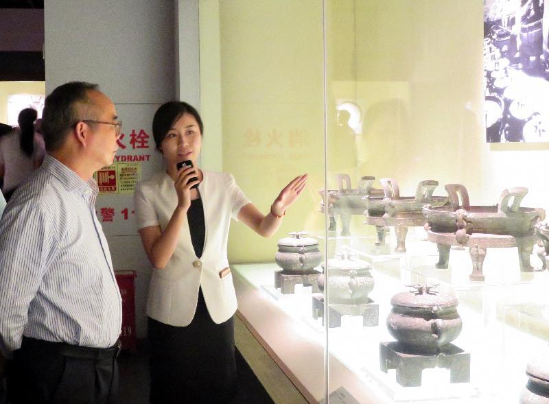 民政事务局局长刘江华(左)昨日(七月二十四日)参观湖北省博物馆,加深了解当地历史文物保护工作。
