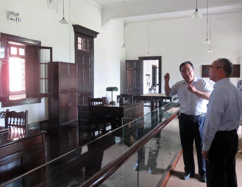 民政事务局局长刘江华(右)昨日(七月二十四日)参观辛亥革命武昌起义纪念馆,加深了解当地历史文物保护工作。