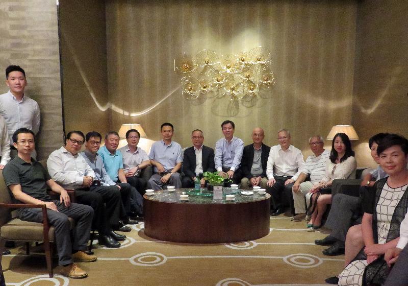 民政事务局局长刘江华(前排左七)昨晚(七月二十四日)与在武汉工作、就学的香港人聚会。