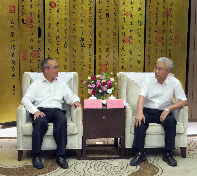 民政事务局局长刘江华(左)今日(七月二十五日)与荆州市委书记何光中(右)会面。