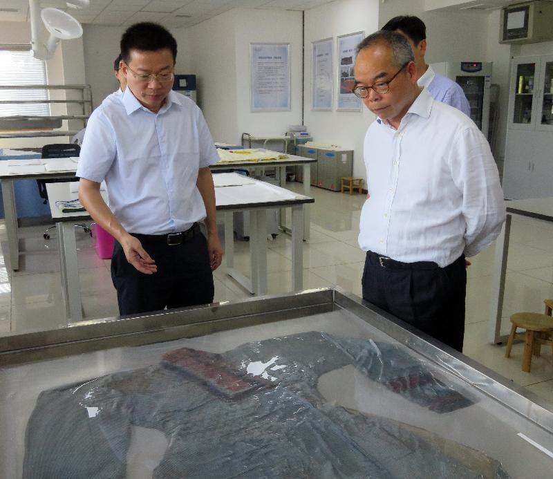 民政事务局局长刘江华(右)今日(七月二十五日)参观荆州文物保护中心,了解文化遗产保护措施及传承工作。