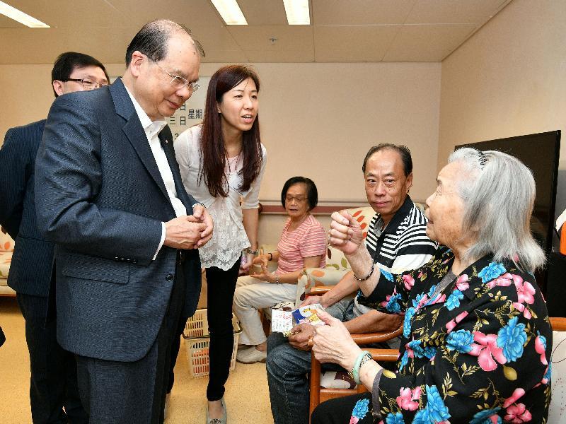 政務司司長張建宗(前排左)今日(七月二十五日)到訪香港認知障礙症協會芹慧中心,與中心長者交流。