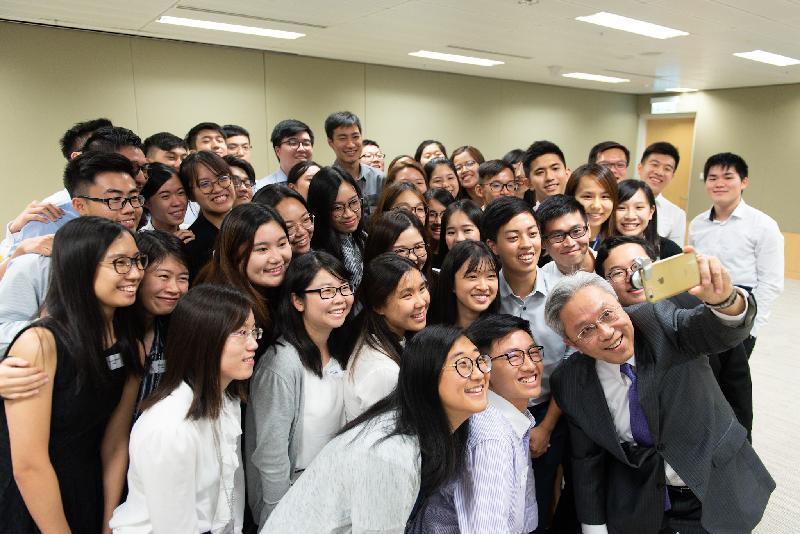 公務員事務局局長羅智光今日(七月二十六日)與參加政務職系暑期實習計劃的大學生見面,了解他們的工作體驗。圖示羅智光(前排右一)與學生自拍留念。