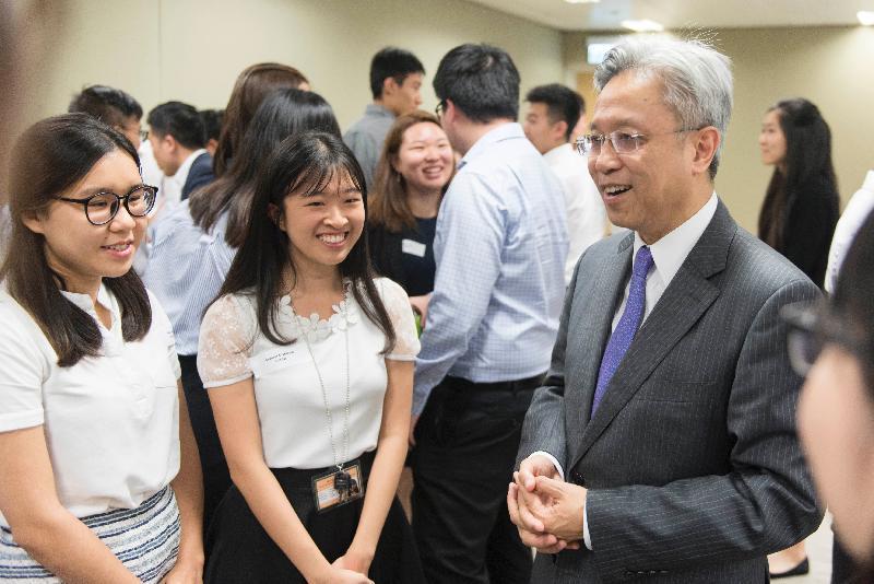 公務員事務局局長羅智光(右)今日(七月二十六日)與參加政務職系暑期實習計劃的大學生見面,了解他們的工作體驗。
