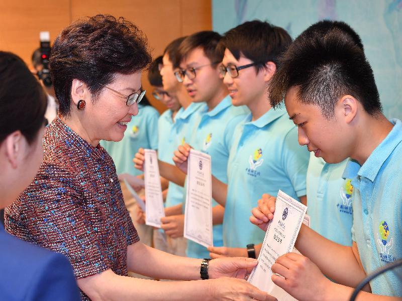 行政長官林鄭月娥今日(七月二十六日)在北京出席中國科學院青年實習計劃結業禮。圖示林鄭月娥頒發結業證書予參加計劃的香港大學生。