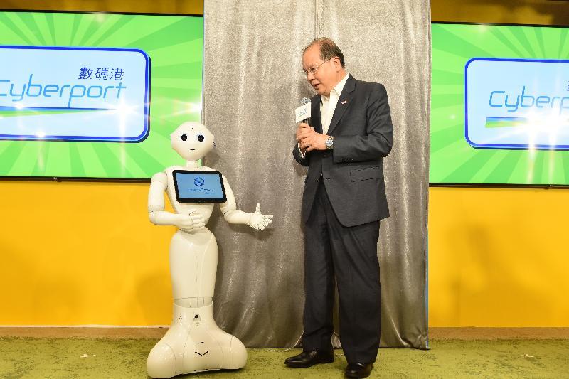 政務司司長張建宗今日(七月二十六日)出席Smart-Space 8共用工作間開幕典禮。圖示張建宗(右)與機械人Pepper交談。