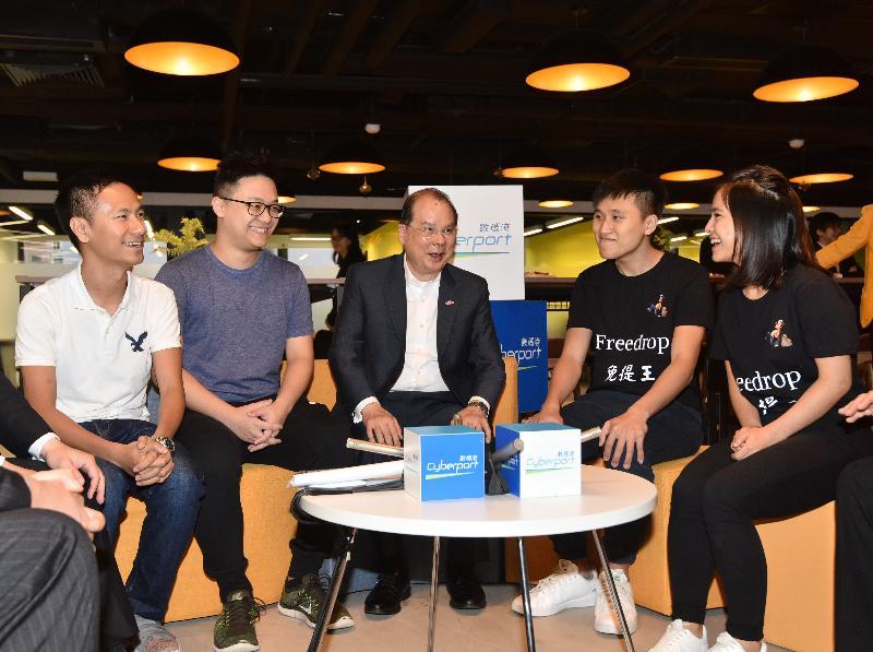 政務司司長張建宗(中)今日(七月二十六日)出席Smart-Space 8共用工作間開幕典禮,並與青年創業家交談。