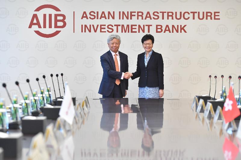 行政長官林鄭月娥(右)今日(七月二十六日)在北京與亞洲基礎設施投資銀行行長金立群(左)會面。 圖示二人於會面前握手。