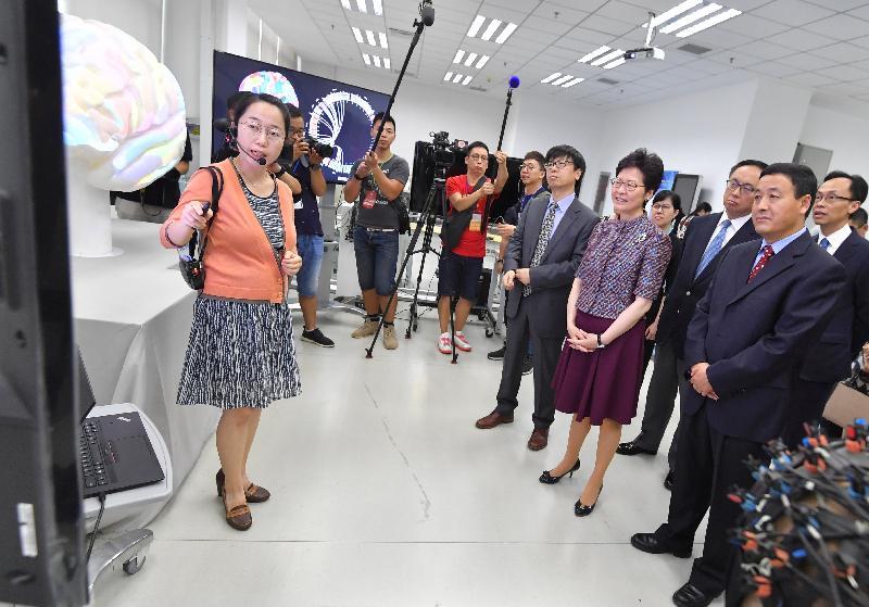 行政長官林鄭月娥(前排右二)今日(七月二十六日)在北京參觀中國科學院自動化研究所,並聽取有關科研成果的介紹。旁為中國科學院自動化研究所所長徐波教授(前排右三)、中國科學院自動化研究所副所長牟克雄(前排右一)、創新及科技局局長楊偉雄 (後排右二)和政制及內地事務局局長聶德權(後排右一)。