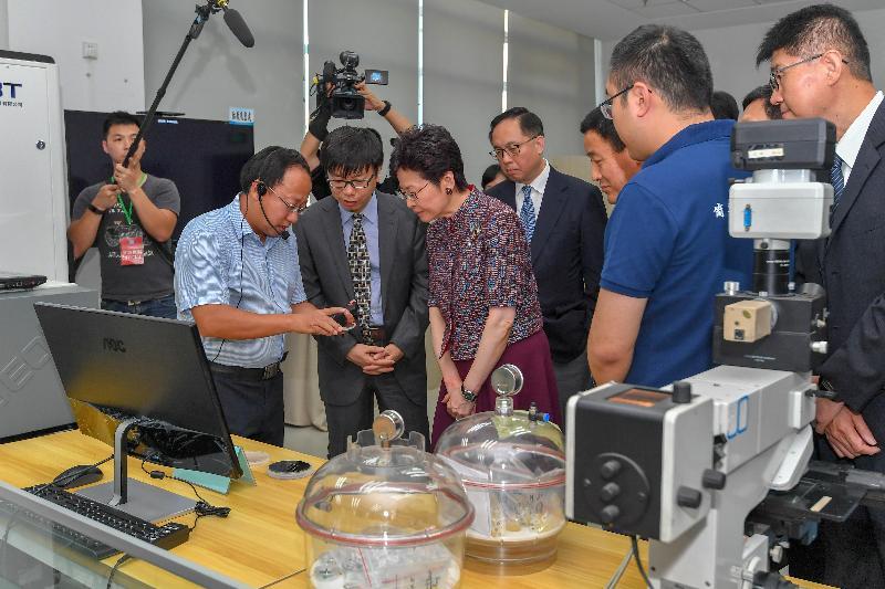 行政長官林鄭月娥(左三)今日(七月二十六日)在北京參觀中國科學院自動化研究所,並聽取有關科研成果的介紹。旁為中國科學院自動化研究所所長徐波教授(左二)及創新及科技局局長楊偉雄 (左四)。