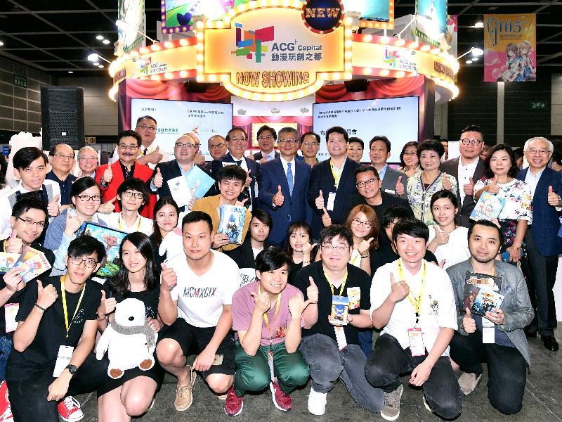 財政司司長陳茂波今早(七月二十七日)出席香港動漫電玩節2018開幕典禮。圖示陳茂波(第三排中)及其他嘉賓在樂言社教育基金舉辦的展覽啟動禮上合照。