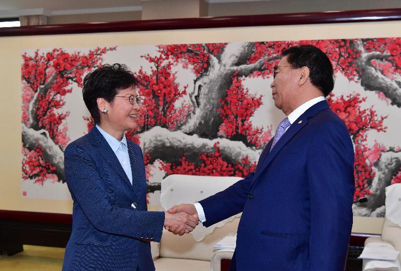 行政長官林鄭月娥(左)今日(七月二十七日)在北京與中國科學院院長白春禮教授(右)會面。 圖示二人於會面前握手。
