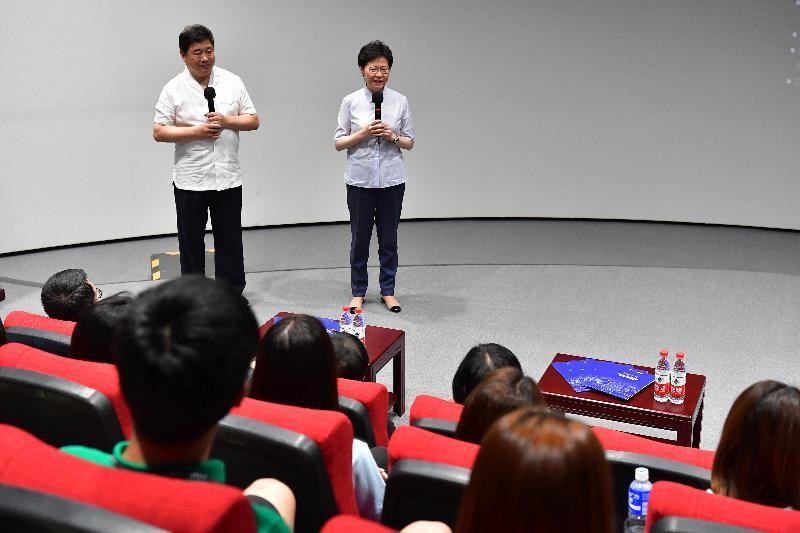 行政長官林鄭月娥今日(七月二十七日)到訪北京故宮博物院。圖示林鄭月娥(右)在故宮博物院院長單霽翔博士(左)陪同下,與參加故宮博物院青年實習計劃的實習生交流。
