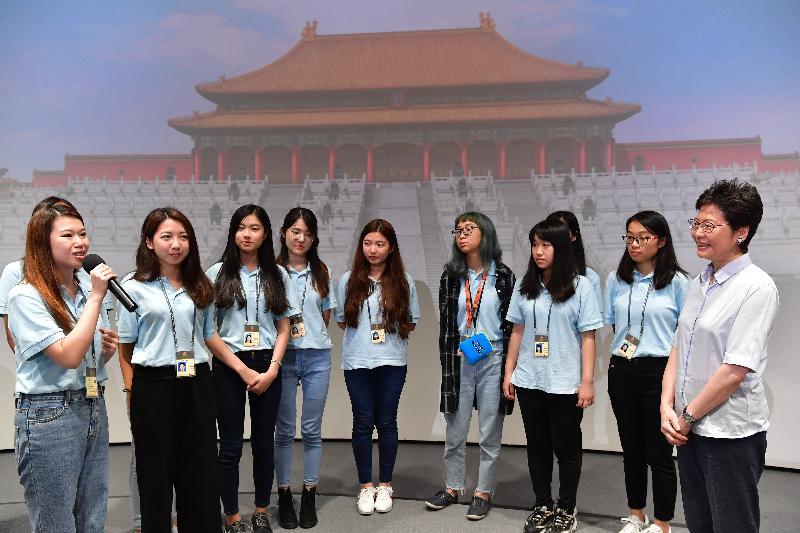 行政長官林鄭月娥(右一)今日(七月二十七日)到訪北京故宮博物院,並與參加故宮博物院青年實習計劃的實習生交流。