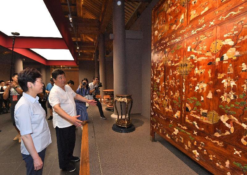 行政長官林鄭月娥(左一)今日(七月二十七日)到訪北京故宮博物院,並在故宮博物院院長單霽翔博士(左二)陪同下參觀故宮博物院傢具館。