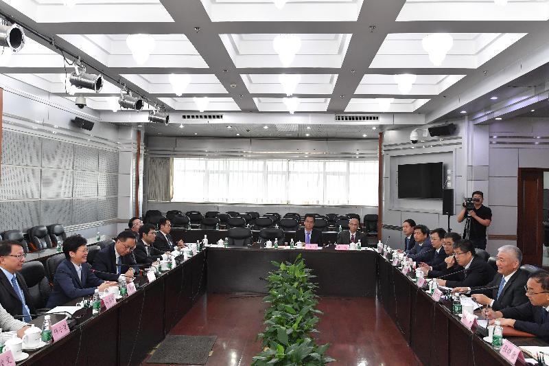 行政長官林鄭月娥(左二)今日(七月二十七日)在北京與國家科學技術部部長王志剛(右二)會面。 創新及科技局局長楊偉雄(左三)及行政長官辦公室主任陳國基(左一)亦有出席。
