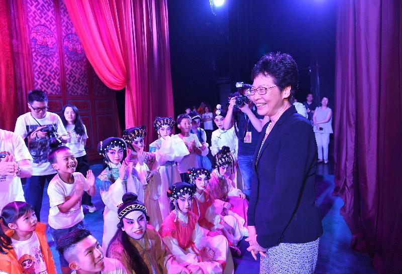 行政長官林鄭月娥今日(七月二十七日)傍晚在北京觀看香港聲輝粵劇推廣協會在「二零一八年全國基層院團戲曲會演」中演出。圖示林鄭月娥(右一)在演出後到後台與約三十位兒童及青少年演員見面。