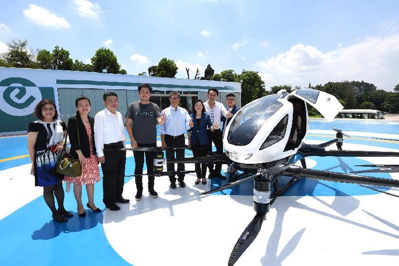 財政司司長陳茂波(右四)今日(七月三十日)參觀廣州一間專注研發智能飛行器高科技創新企業,並與該公司代表合照。