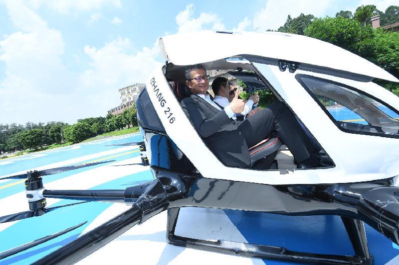 財政司司長陳茂波(左)今日(七月三十日)參觀廣州一間專注研發智能飛行器高科技創新企業,並了解該企業所研發的產品。