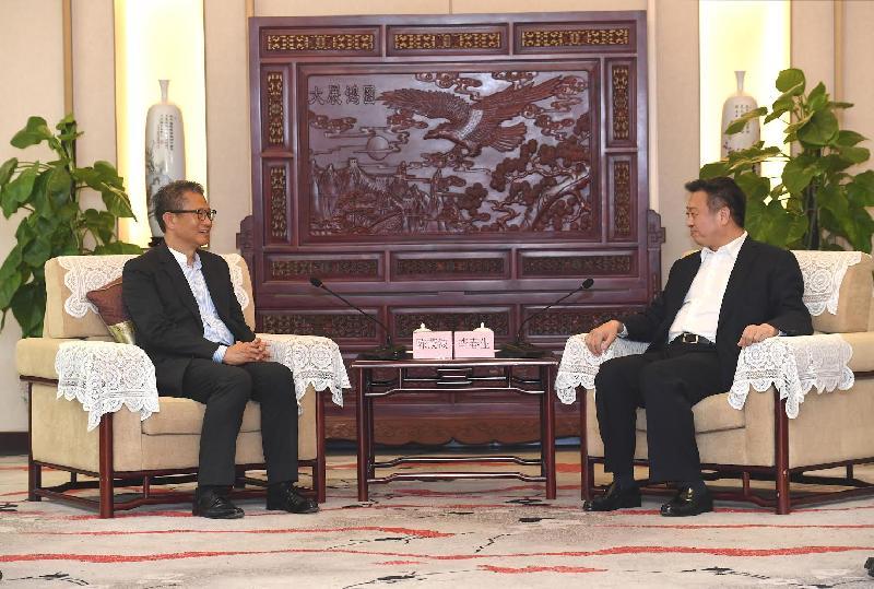 財政司司長陳茂波(左)今日(七月三十日)訪問廣州,並與廣東省副省長李春生會面。