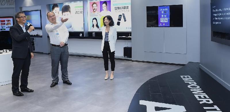 財政司司長陳茂波(左一)今日(七月三十日)參觀廣州一間智能語音技術公司,並了解該公司所研發的產品。