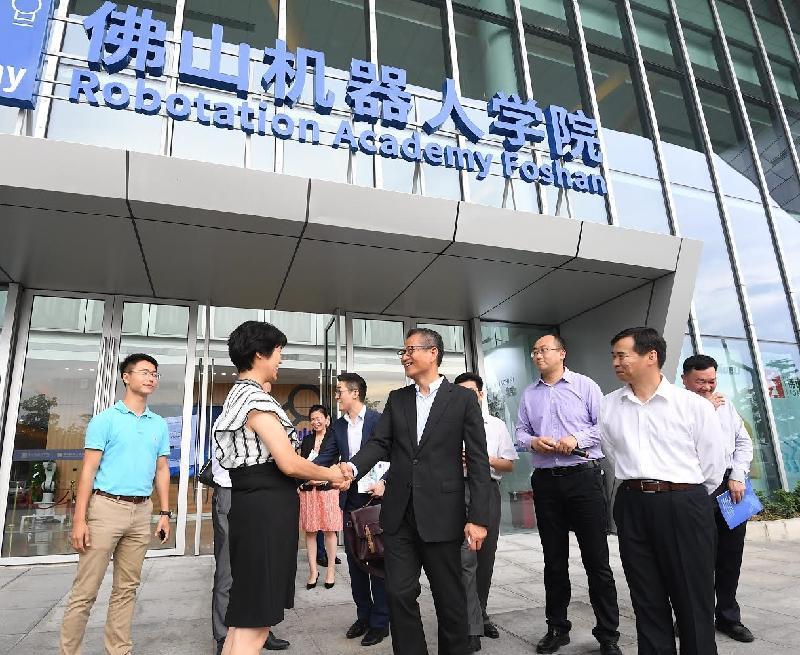 財政司司長陳茂波今日(七月三十日)參觀佛山機器人學院。圖示陳茂波(前排左二)與學院代表握手。