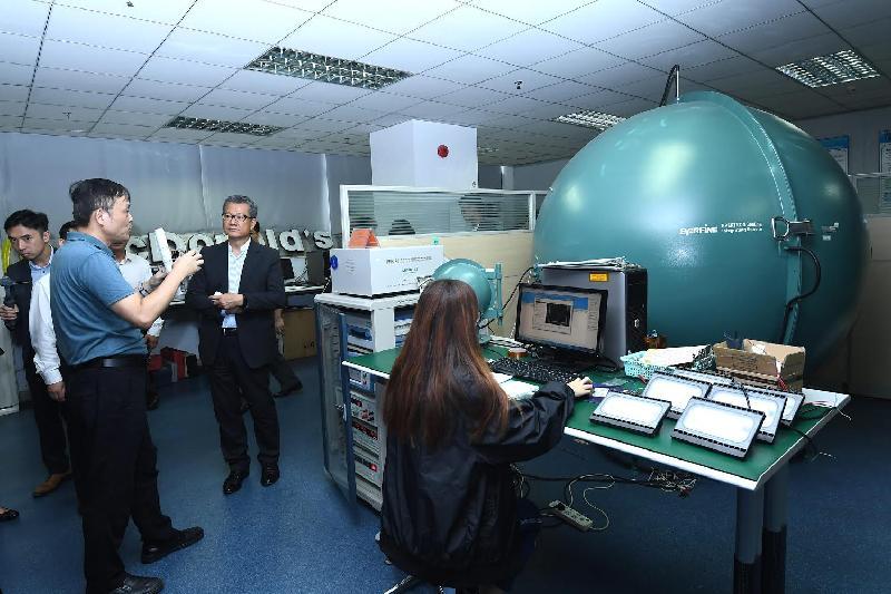 財政司司長陳茂波(後排右一)今日(七月三十日)參觀佛山市香港科技大學LED-FPD工程技術研究開發中心,並聽取中心代表講解所研究的技術。