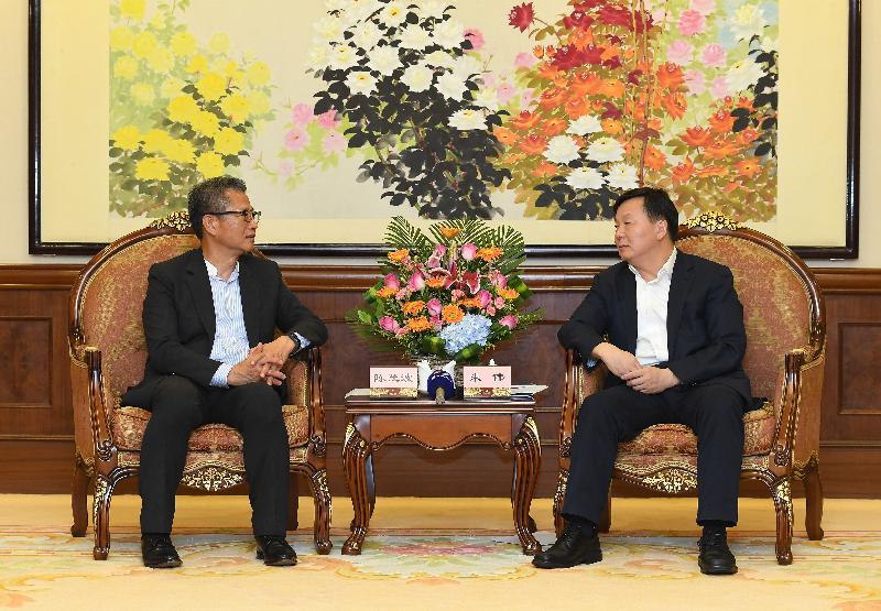 財政司司長陳茂波(左)今日(七月三十日)訪問佛山,並與佛山市市長朱偉會面。