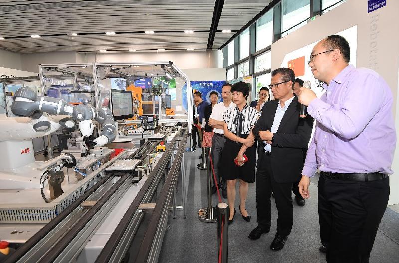 財政司司長陳茂波今日(七月三十日)參觀佛山機器人學院。圖示陳茂波(右二)聽取學院代表簡介。