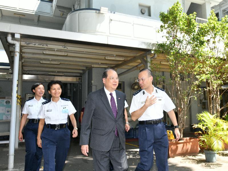 政務司司長張建宗(右二)今日(七月三十一日)在深水埗區指揮官何啟軒(右一)陪同下參觀屬二級歷史建築的深水埗分區警署。
