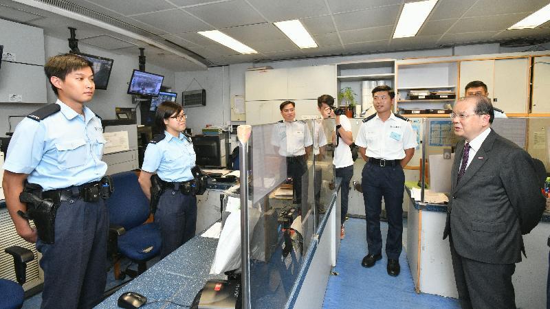 政務司司長張建宗(右一)今日(七月三十一日)到訪深水埗分區警署報案室,與前線警務人員會面。