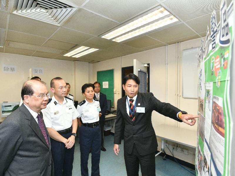 政務司司長張建宗(左一)今日(七月三十一日)到訪深水埗分區警署,了解該區的社區警政。